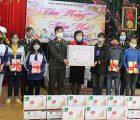 Đoàn Thanh niên, Hội Phụ nữ Công an tỉnh Sơn La tặng quà cho các em tại Trung tâm bảo trợ xã hội tỉnh