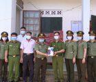 Công an tỉnh Sơn La thăm, tặng quà các tổ cấp Căn cước công dân tại một số địa bàn