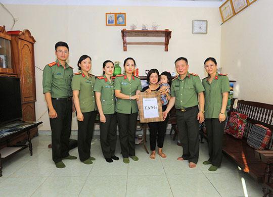 Phòng Hậu cần Công an tỉnh Sơn La thăm, tặng quà con cán bộ chiến sỹ  có hoàn cảnh khó khăn, bị bệnh bẩm sinh