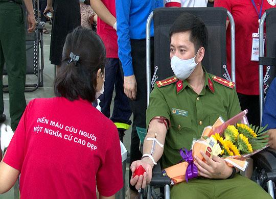 """Tuổi trẻ Công an Sơn La sôi nổi tham gia chương trình hiến máu tình nguyện """"Hành trình đỏ"""""""