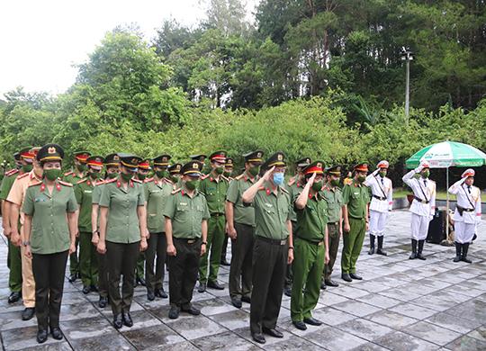 Công an tỉnh Sơn La tổ chức lễ thắp nến tri ân nhân dịp kỷ niệm 74 năm ngày Thương binh – Liệt sỹ (27/7/1947 – 27/7/2021)