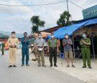 Tổ công tác tăng cường của Công an tỉnh Sơn La tặng quà cho bản Úm 2